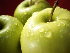 Free Green Apple On Red And Water Drops Stock Photography - 5068372