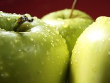 Free Green Apple On Red With Water Drops Royalty Free Stock Image - 5068376
