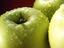 Free Green Apple On Red With Water Drops Royalty Free Stock Photography - 5071087