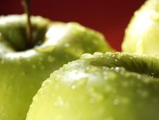Free Green Apple On Red With Water Drops Royalty Free Stock Photos - 5071118