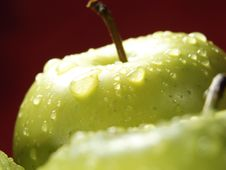 Free Green Apple On Red With Waterdrops Royalty Free Stock Photography - 5071207