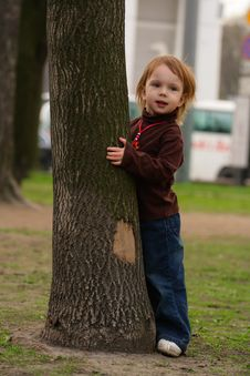Free Small Girl Playing Hide-and-seek. Royalty Free Stock Images - 5080839