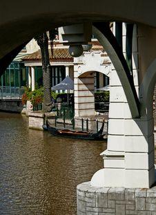 Free Arch Framing Moored Gondola Royalty Free Stock Photo - 5090035