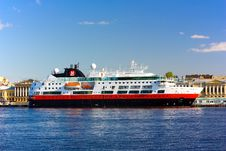 Free Sea Liner In City Embankment Stock Image - 5093561