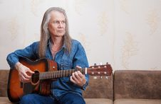Free Middle-aged Man Playing Guitar Stock Photography - 50908032