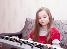 Free Little Girl Playing On A Synthesizer Royalty Free Stock Photography - 50909547
