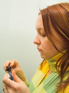 Free The Girl Paints Eyelashes Royalty Free Stock Image - 514836