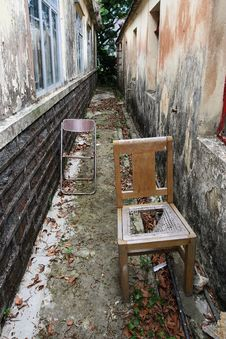 Free Broken Chair Royalty Free Stock Image - 5102226