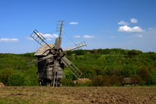 Free Windmill With Fresh Green Grass And Clear Blue Sky Stock Photos - 5129463