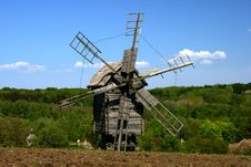 Free Windmill With Fresh Green Grass And Clear Blue Sky Royalty Free Stock Photography - 5129487