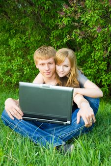 Pretty Young Couple With Laptop Royalty Free Stock Photography