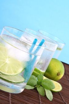Free Ice Water With Lime Royalty Free Stock Images - 5148839
