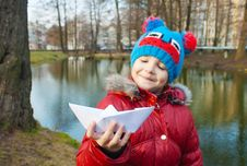 Free Little Girl Holding A Paper Boat Near The River Royalty Free Stock Images - 51596309
