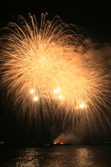 Free Yellow Fury Fireworks Royalty Free Stock Photo - 5162605