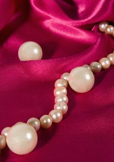 Free Pearl Necklace Royalty Free Stock Photography - 5198997