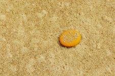 Free Lone Yellow Pebble On A Sandy Beach Stock Images - 527234