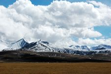 Free The Snow Mountain And Clouds Stock Images - 5206454