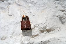 Free Rusty Padlock On Old Dirty White Wall Stock Images - 5212964