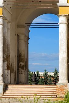 Free Arch And Monument Against Blue Sky, Russia Stock Image - 5234201