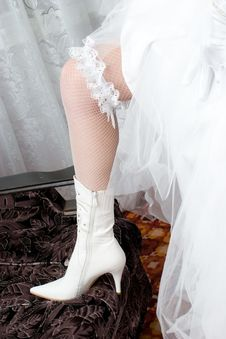 Free A Sexy Leg Of The Bride In A Open-work Stocking An Royalty Free Stock Photos - 5251678