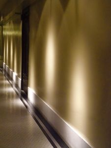 Free Quiet Hallway Royalty Free Stock Photography - 5254377