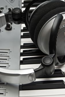 Free Grey Modern Piano And Headphones Stock Image - 5254581
