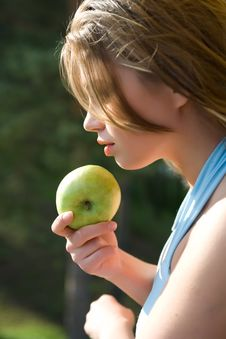 Free Girl With Apple On Sunset Royalty Free Stock Photography - 5288297