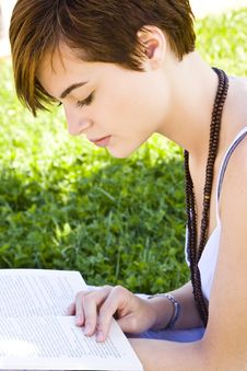 Free Blond Woman Reading Royalty Free Stock Photos - 5299778