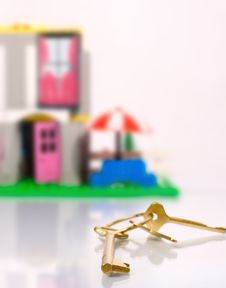 Free Golden Key And Toy House Royalty Free Stock Photography - 5304187