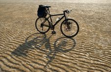 Free Desert Bike Crossing Royalty Free Stock Photography - 5350487