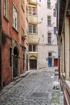 Free Narrow Cobbled Street In Old Lyon (Lyon) Royalty Free Stock Photography - 5379277