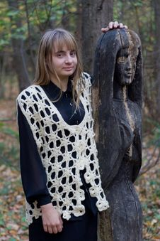Free Girl And Wooden Statue Stock Photography - 5390172