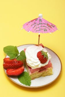 Free Summer Strawberry Cake Royalty Free Stock Images - 5428529