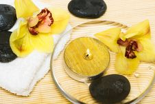 Free Yellow Orchids And Towel Royalty Free Stock Photos - 5428588