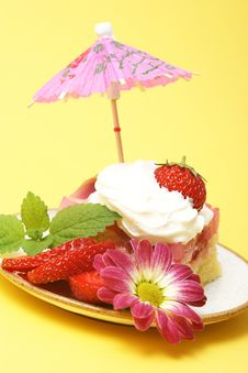 Free Summer Strawberry Cake Royalty Free Stock Photography - 5428757