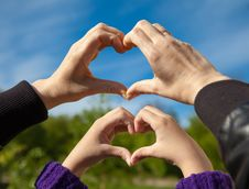 Free Girl And Her Mother Show Sign Of Heart With Their Hands Stock Photo - 54389980