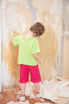 Free Little Girl Remove Old Wallpapers Royalty Free Stock Photo - 5470665