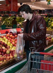 Free Man Grocery Shopping Royalty Free Stock Photo - 5479975