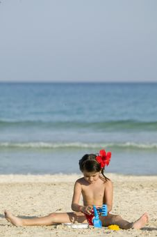 Free Little Child Play With Sand Royalty Free Stock Photo - 5483115
