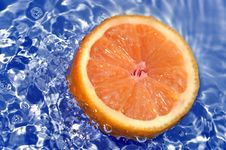 Free Fresh Orange In Water Stock Images - 5486334