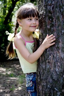 Free The Little Girl In Wood Royalty Free Stock Image - 5486956