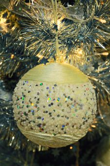 Free Shiny Christmas Ball Royalty Free Stock Image - 5491836