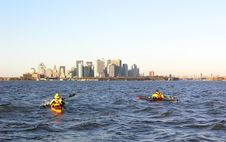 Free Kayakers Approach Manhattan Stock Photo - 553090