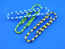 Free Colorful Paper Clips Royalty Free Stock Photos - 556408