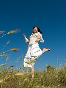 Free Happy Young Lady Runs Through Field Royalty Free Stock Photography - 5512657