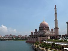 Free The Putra Mosque Royalty Free Stock Photography - 5514047