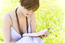 Free Blond Woman Reading Royalty Free Stock Photos - 5517458