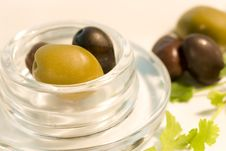 Free Black And Green Olives In Glass Bowl Royalty Free Stock Photos - 5531738
