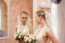 The Bride Near A Mirror Royalty Free Stock Images