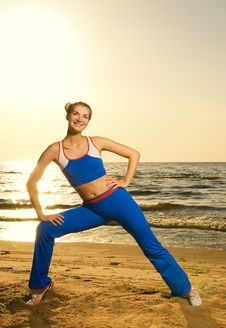 Free Woman Doing Fitness Exercise Royalty Free Stock Image - 5547166